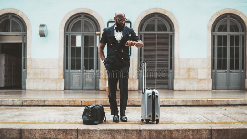 Zwarte mens op het spoorwegplatform stock afbeeldingen