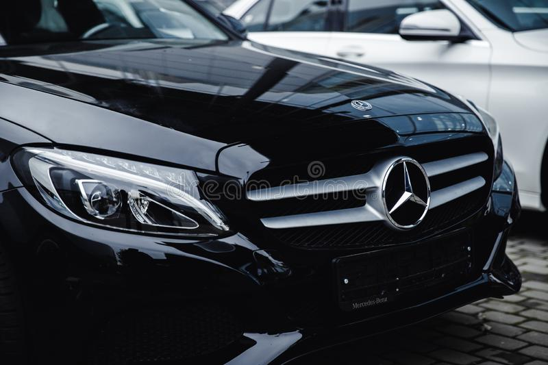 Zwarte Mercedes Benz stock afbeeldingen