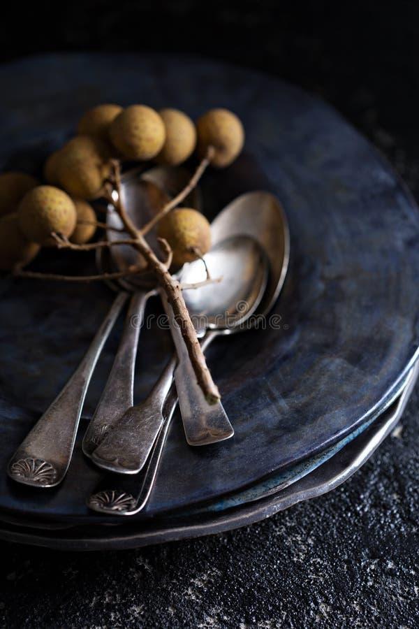 Zwarte met de hand gemaakte ceramische platen met uitstekende lepels stock fotografie