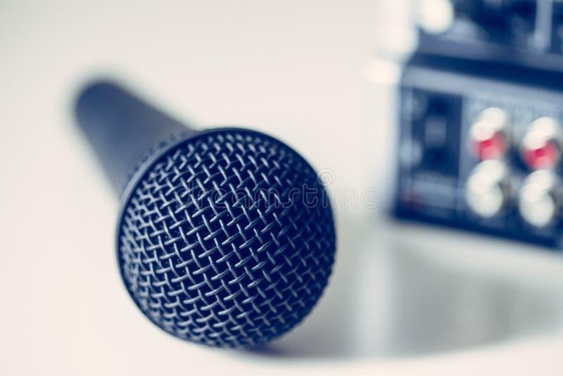 Zwarte microfoon en mixer op de onscherpe achtergrond royalty-vrije stock afbeeldingen