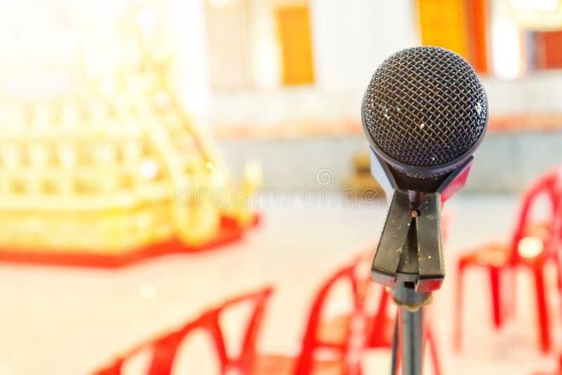 Zwarte microfoon op de achtergrond onscherp in de achtergrondvergaderzaal van de gebeurtenis royalty-vrije stock fotografie