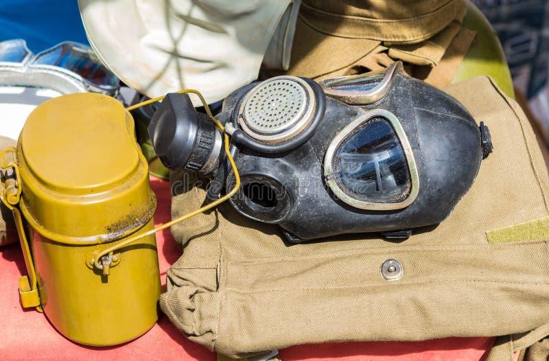 Zwarte militaire gasmasker en bowlingspeler van Russisch leger stock afbeelding