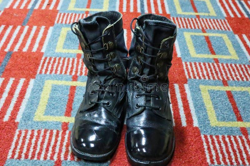 Zwarte militaire laarzen Één paar isolate militaire uniformen op de vloer royalty-vrije stock foto