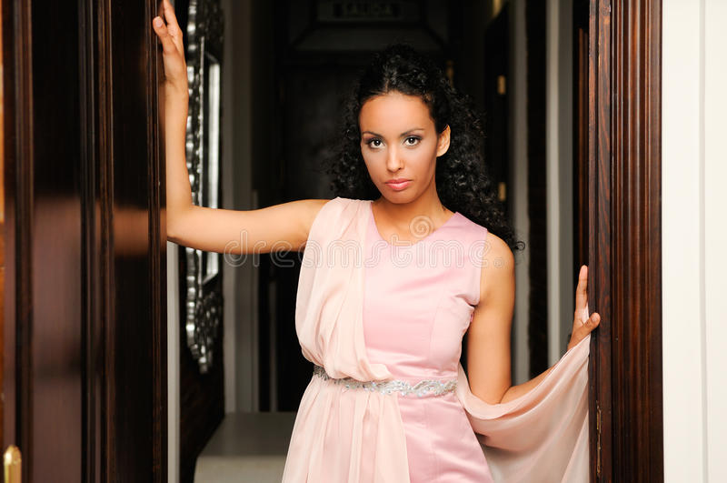 Zwarte, model van manier, met roze kleding royalty-vrije stock foto's