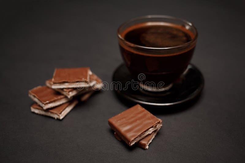 Zwarte, natuurlijke, geurige koffie in de transparante kop op een zwarte achtergrond royalty-vrije stock afbeeldingen