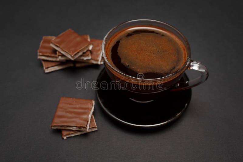 Zwarte, natuurlijke, geurige koffie in de transparante kop op een zwarte achtergrond royalty-vrije stock foto