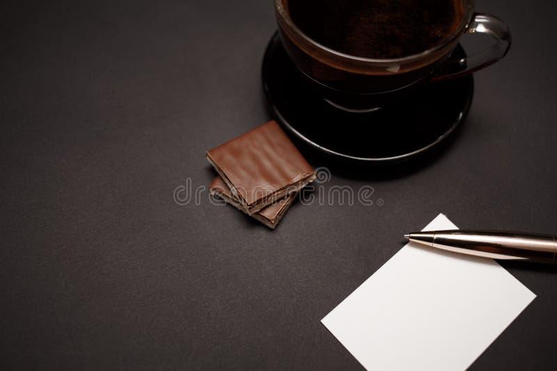 Zwarte, natuurlijke, geurige koffie in de transparante kop op een zwarte achtergrond, met melkchocola Het roomijs van de chocolad stock afbeeldingen