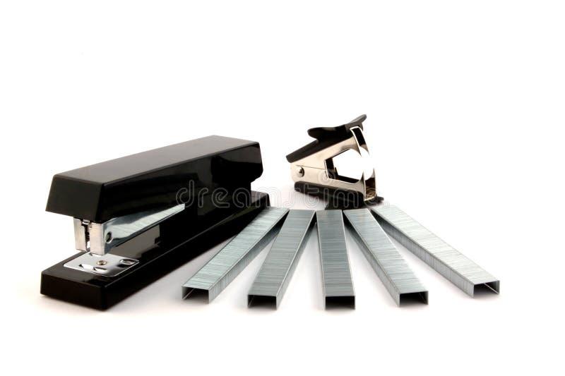Zwarte nietmachine, nietjes en voornaamste vlekkenmiddel stock foto