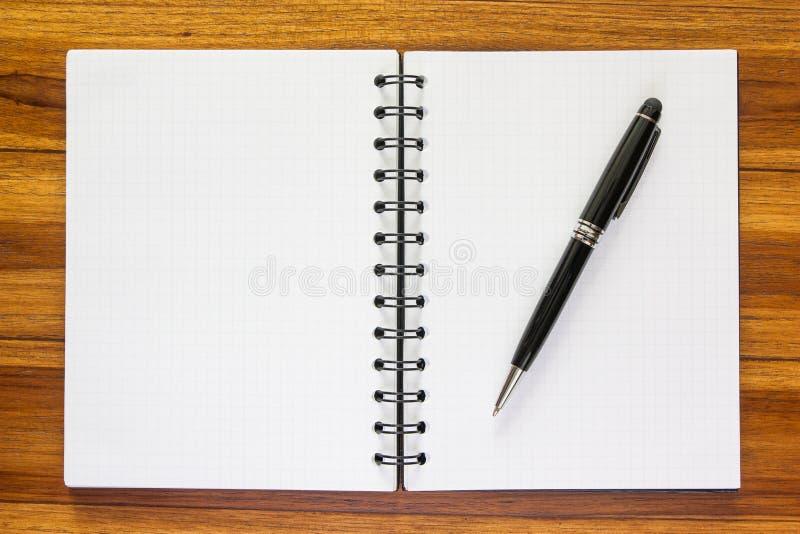 Zwarte pen op een notitieboekje met een net royalty-vrije stock foto's