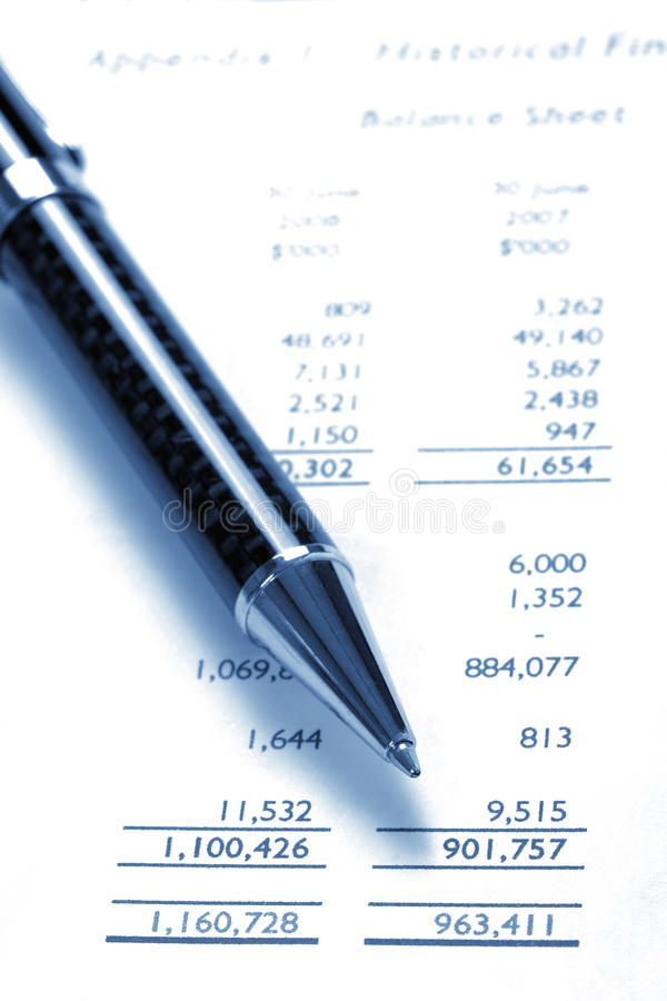 Zwarte Pen op Financiële Balans royalty-vrije stock foto