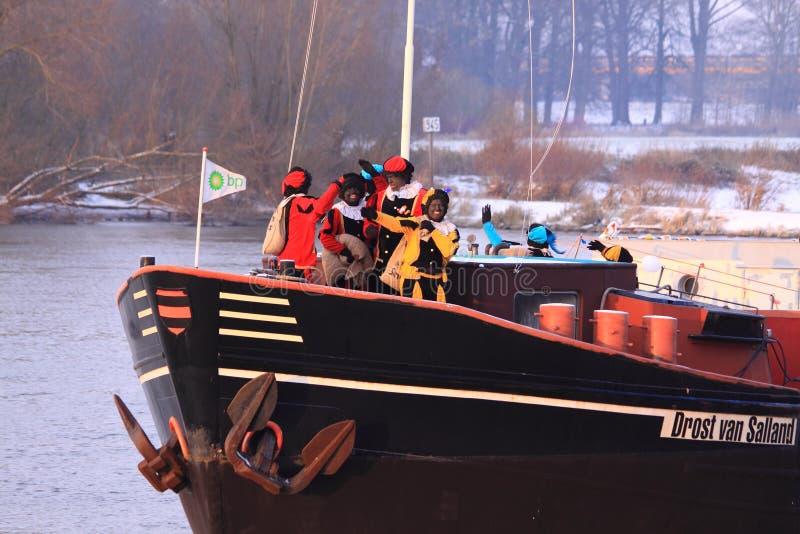 Zwarte piet auf einem Boot lizenzfreie stockfotografie