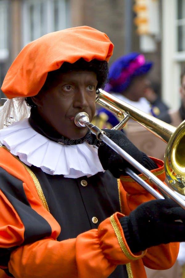 Zwarte Piet, das Trombone spielt lizenzfreie stockfotos