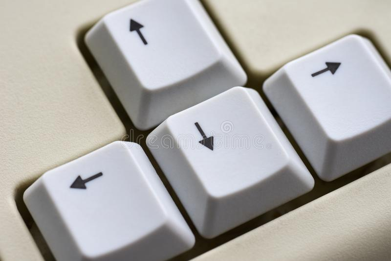 Zwarte pijl op witte knopen van een wit toetsenbordclose-up royalty-vrije stock afbeelding