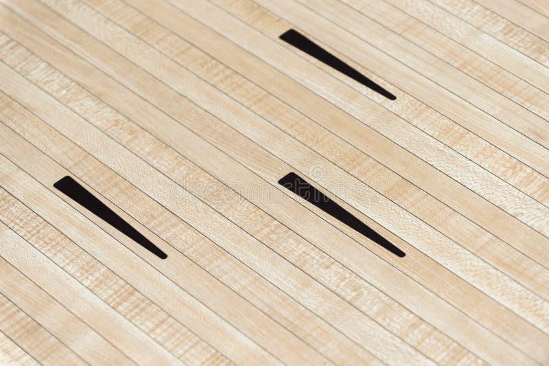Zwarte pijlen van de parket de houten vloer van kegelensport stock fotografie