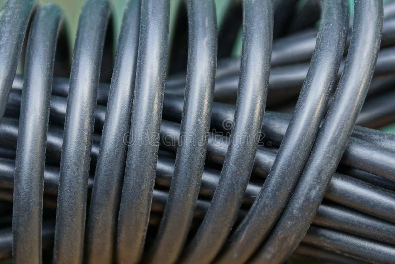 Zwarte plastic textuur van elektrische kabel in een streng royalty-vrije stock foto