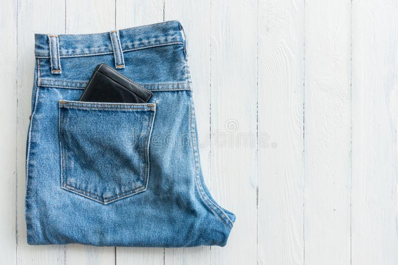 Zwarte portefeuille in de zak jeans stock foto