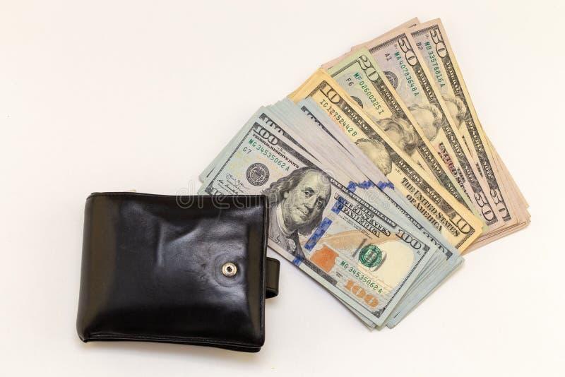 Zwarte portefeuille, honderd dollarsrekeningen op witte achtergrond met exemplaarruimte financi?n en geldachtergrond Het Amerikaa royalty-vrije stock afbeelding