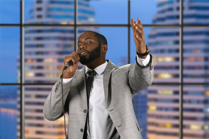 Zwarte prediker die in microfoon spreken stock afbeeldingen