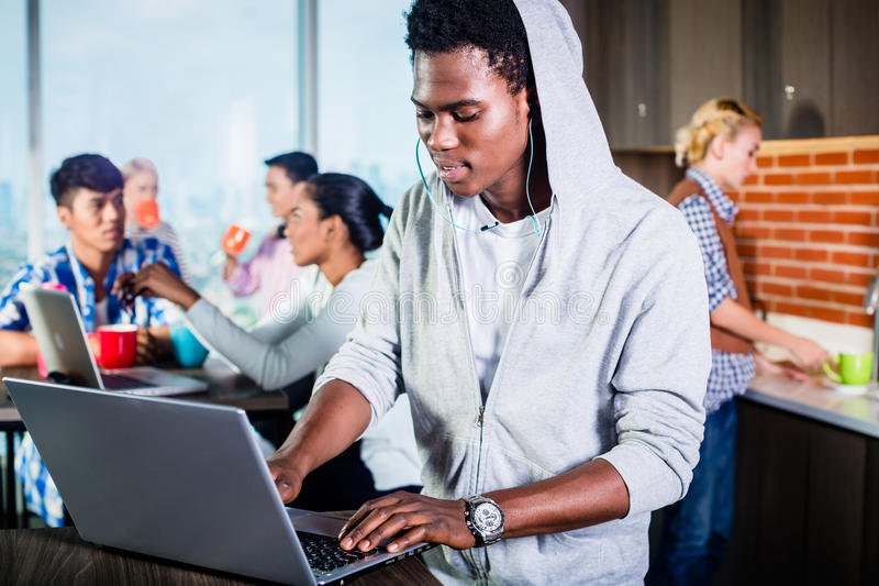 Zwarte programmeur in zitkamer van IT opstarten royalty-vrije stock fotografie