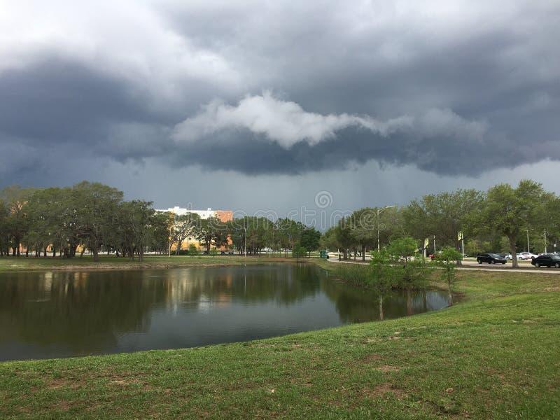Zwarte regenende wolk stock foto