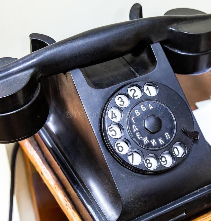 Zwarte retro telefoon voor mededeling stock afbeelding