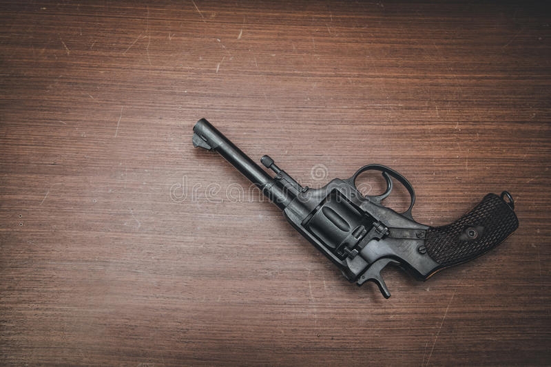 Zwarte revolver op de lijst stock afbeelding