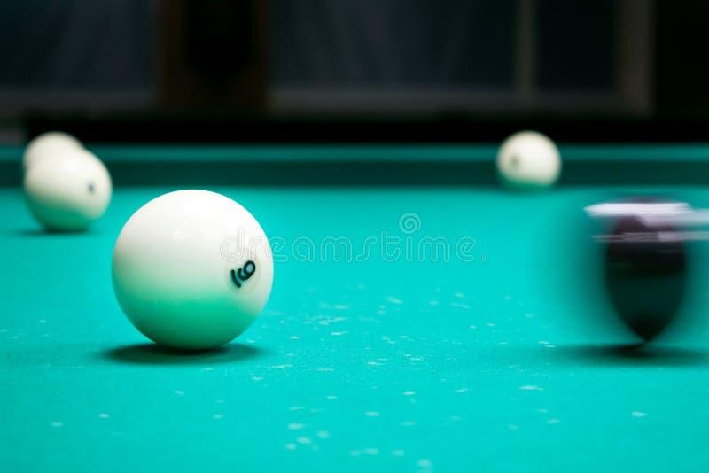 Zwarte richtsnoerbal die witte ballen met nummer 6 slaan Russische pyram royalty-vrije stock afbeeldingen