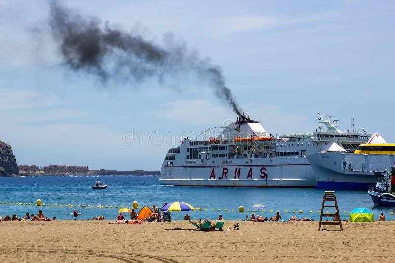 Zwarte rook die uit de trechter van de veerboot Armas bij Los Christianos in Tenerife komen aangezien zij haven op haar recentste royalty-vrije stock afbeelding