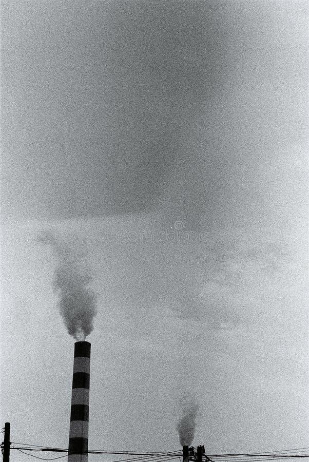 Zwarte rook die uit uit schoorsteen komen royalty-vrije stock foto's