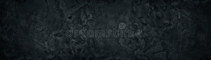 Zwarte ruwe concrete muur brede textuur Fijn geweven gebarsten de oppervlaktepanorama van het cementpleister Donkere panoramische stock foto