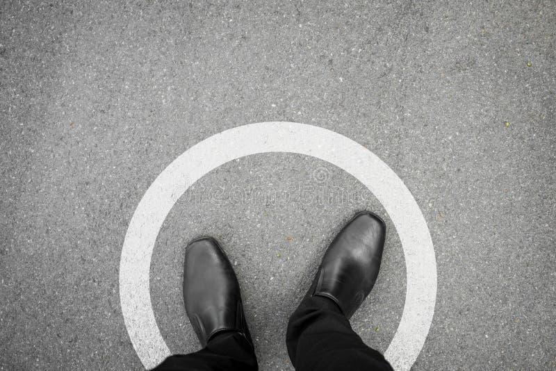 Zwarte schoenen die zich in witte cirkel bevinden stock afbeeldingen