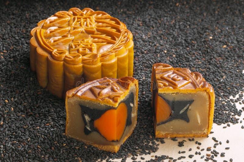 Zwarte sesam met de witte cake van de lotusbloemmaan stock fotografie