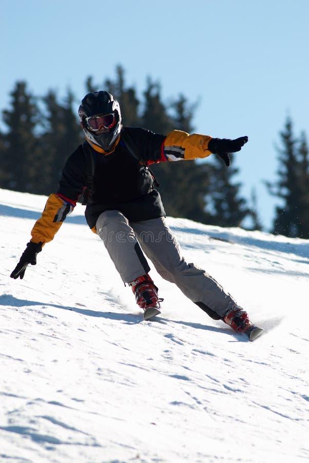 Zwarte skiër in helm royalty-vrije stock afbeeldingen