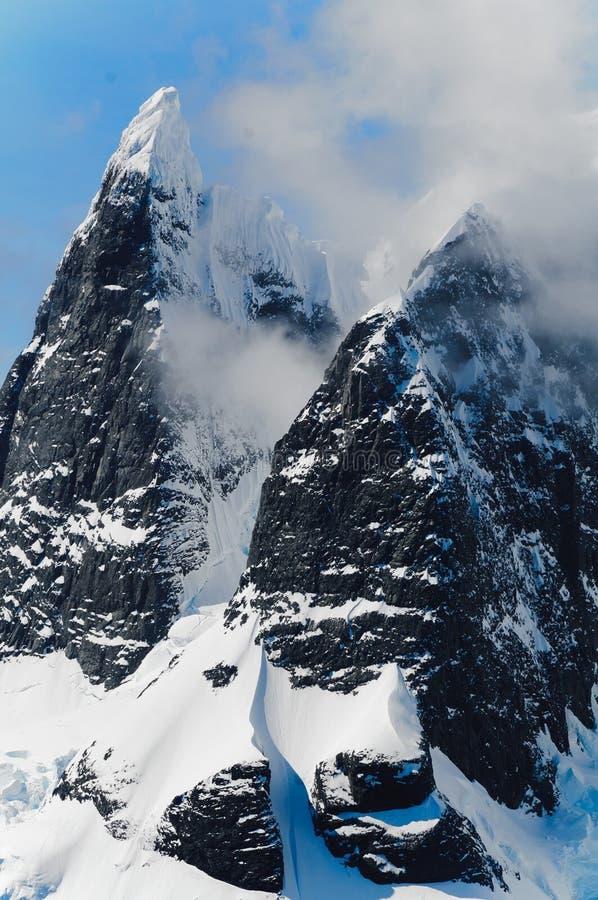 Zwarte Sneeuw Behandelde Berg royalty-vrije stock foto