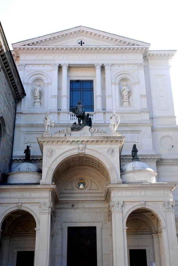Zwarte standbeelden van witte voorgevel in hoog Bergamo stock afbeeldingen