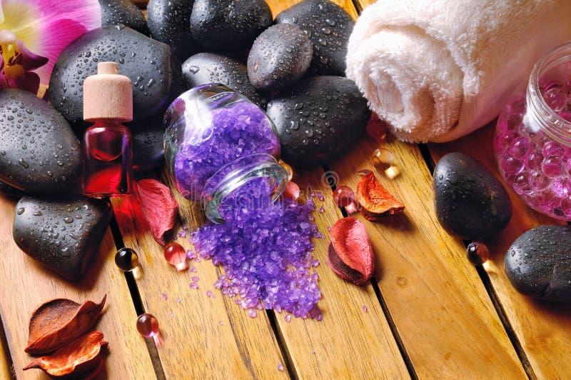 Zwarte stenen, en essentie voor lichaamsverzorging royalty-vrije stock afbeeldingen