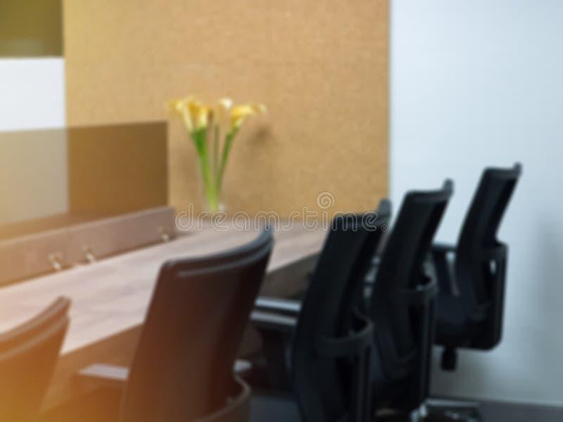 Zwarte stoel met houten tafel in vergaderruimte, werkruimte, vergaderruimte op kantoor, concept wazig achtergrond stock foto's