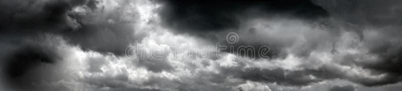 Zwarte stormachtige wolken royalty-vrije stock fotografie