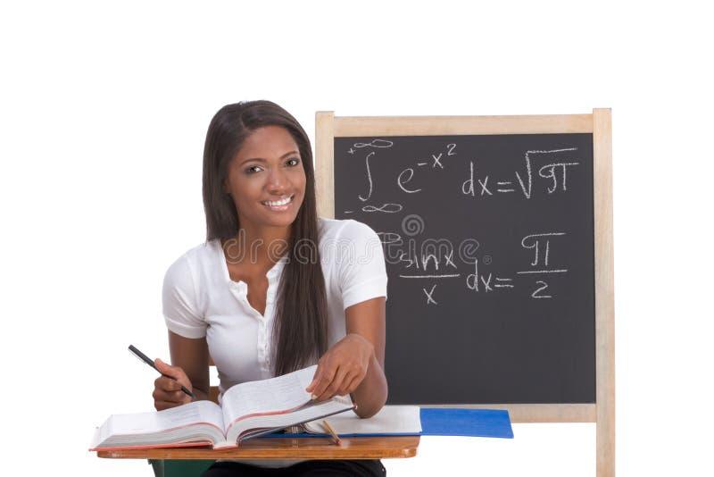 Zwarte studentvrouw die math examen bestudeert stock foto's