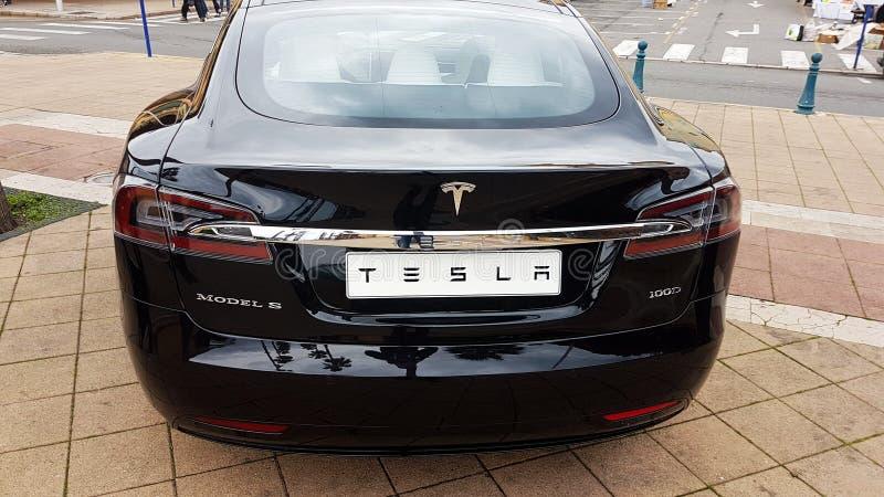 Zwarte Tesla Models electric car - Achtermening stock afbeelding