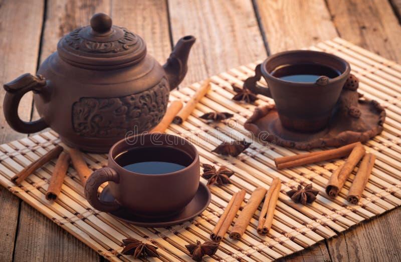 Zwarte thee houten lijst, de zwarte koppen van de theeklei royalty-vrije stock afbeeldingen