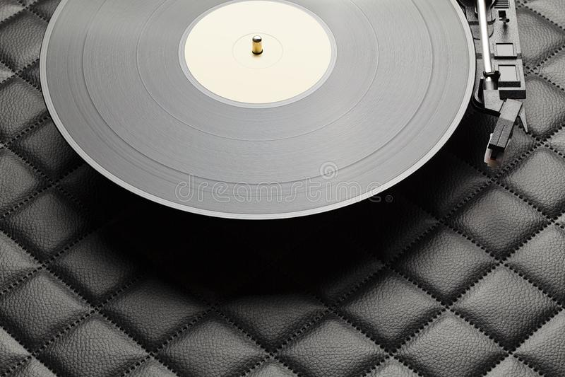 Zwarte vinylplaat op zwarte lederen achtergrond stock foto's