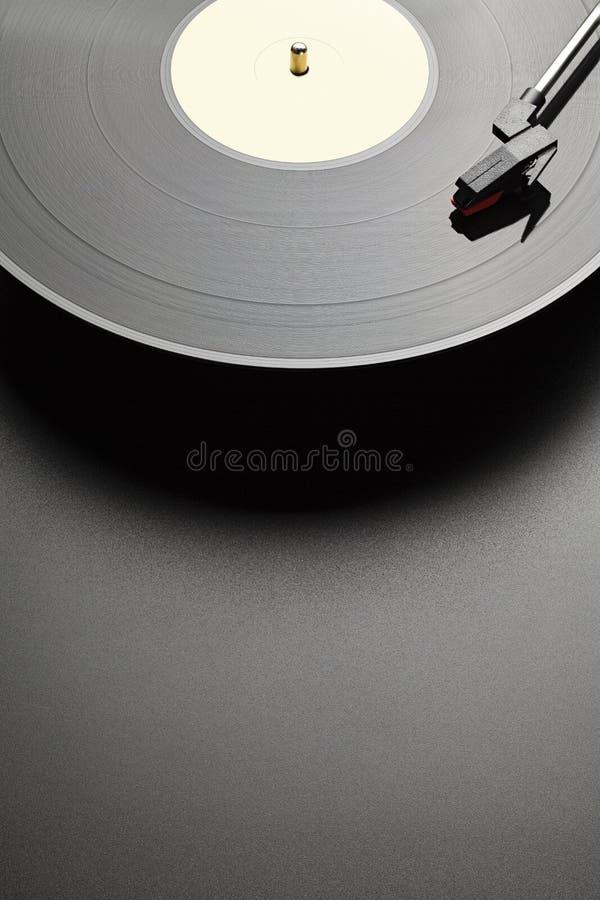 Zwarte vinylrecord-speler op zwarte tabelachtergrond royalty-vrije stock afbeeldingen
