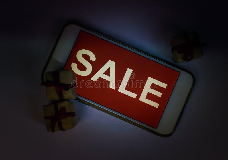 Zwarte vrijdag en verkoopinschrijving op het smartphonescherm royalty-vrije stock foto's