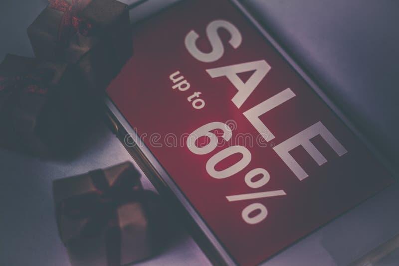 Zwarte vrijdag en verkoopinschrijving op het smartphonescherm stock afbeelding
