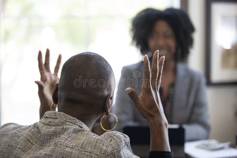 Zwarte Vrouwelijke Cliënt Boos bij Belasting CPA Accountant royalty-vrije stock afbeeldingen