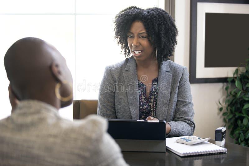 Zwarte Vrouwelijke Onderneemster of Manager Arguing met Werknemer royalty-vrije stock afbeeldingen