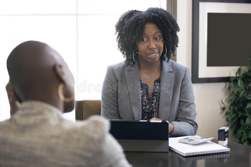Zwarte Vrouwelijke Onderneemster of Manager Arguing met Werknemer stock afbeeldingen