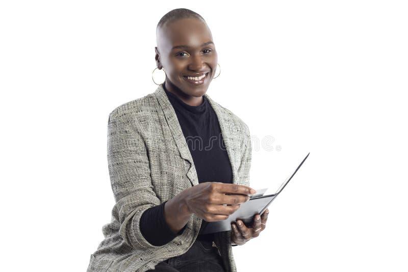 Zwarte Vrouwelijke Onderneemster Paying voor Rekeningen en Rekening royalty-vrije stock foto