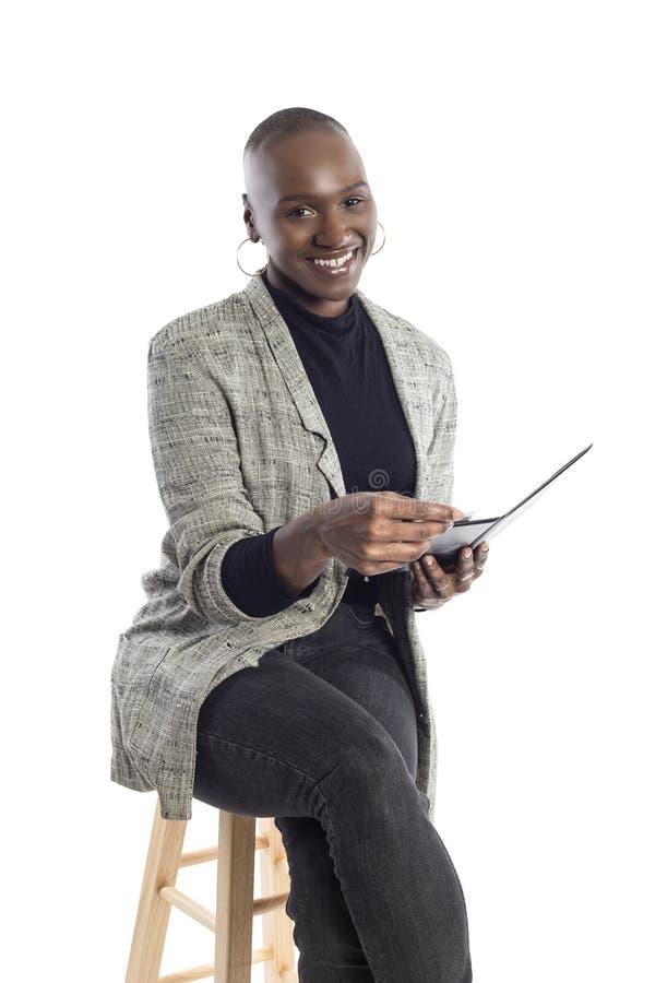 Zwarte Vrouwelijke Onderneemster Paying voor Rekeningen en Rekening royalty-vrije stock afbeelding